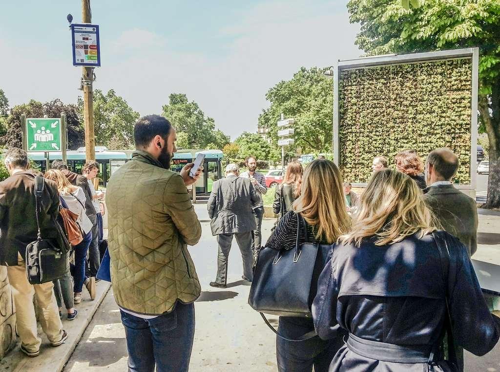 Outre leur rôle de nettoyage de l'air, les City Tree font aussi office de mobilier urbain connecté qui peut offrir un point d'accès Wi-Fi et/ou une station pour recharger son véhicule électrique. © Green City Solutions