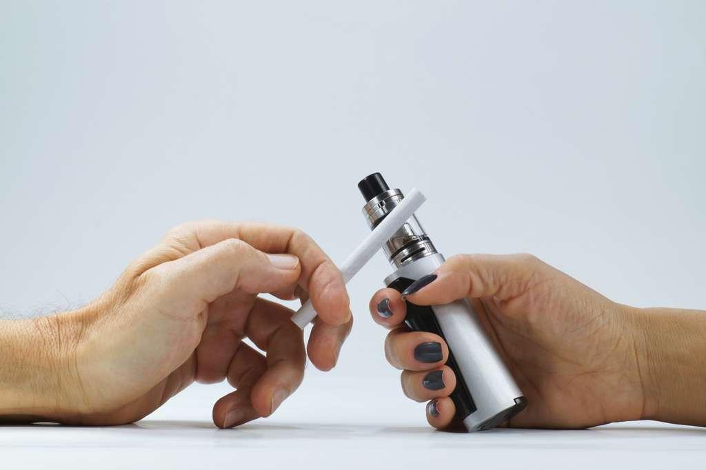 Cigarette contre vapotage, la controverse durera tant que des travaux sur l'utilisation des cigarettes électroniques sur une longue durée n'auront pas été rendus. © Wlodzimierz, Adobe Stock