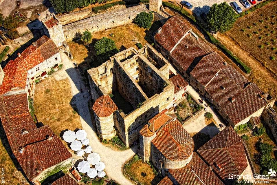 Vue aérienne de Larressingle, dans le Gers. Cette commune fait partie des « Plus beaux villages de France », et est à inscrire au programme des amateurs de tourisme dans le Gers. © D. Viet, TourismeMidiPyrenees, Flickr, cc by nc nd 2.0