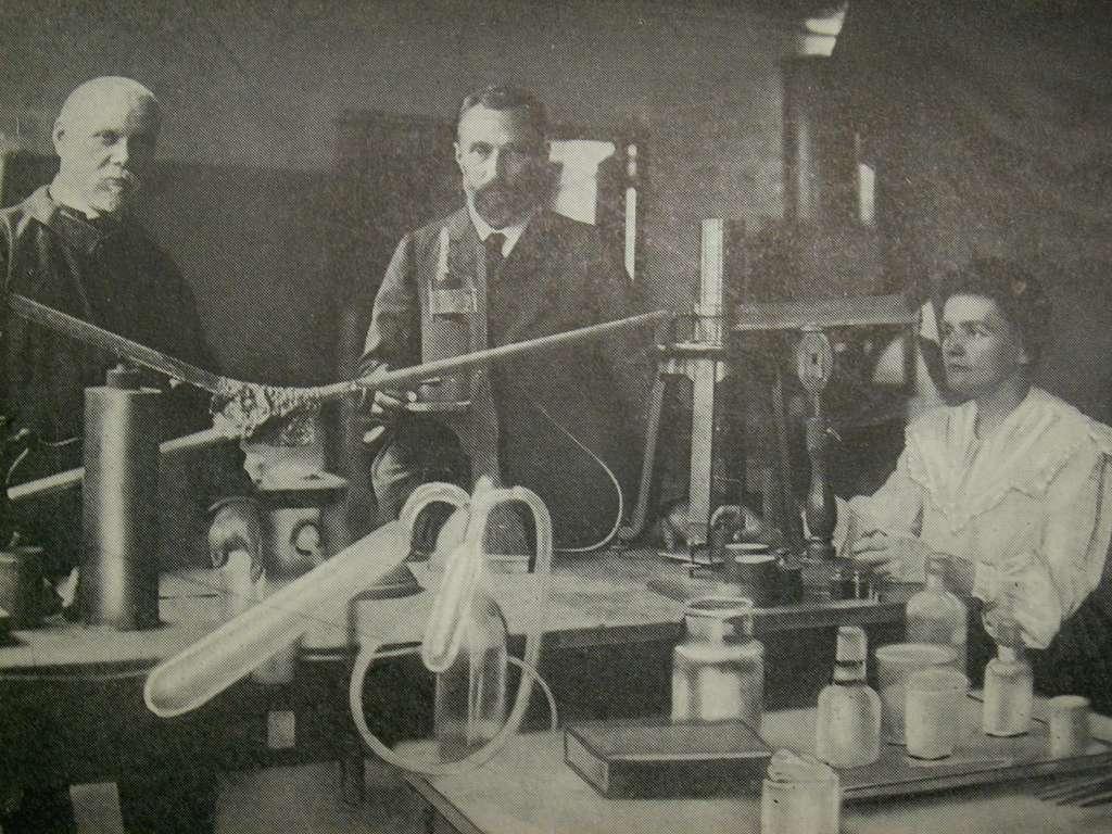 Marie Curie, ici dans son laboratoire, a découvert la radioactivité du noyau atomique de radium. © rosefirerising, Flickr, CC by-nc-nd 2.0