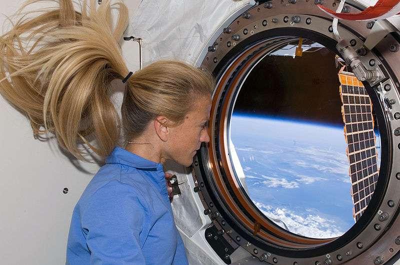 Pourquoi les astronautes (ici Karen Nyberg) seraient-ils les seuls à pouvoir observer la Terre de visu et en direct ? © Nasa