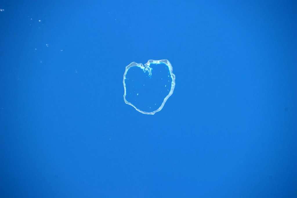 Les 22 îles de l'atoll d'Ebon, qui fait partie des îles Marshall dans le Pacifique, vous font un cœur avec les doigts, vu par l'astronaute italien Paolo Nespoli depuis l'ISS en 2011. © ESA