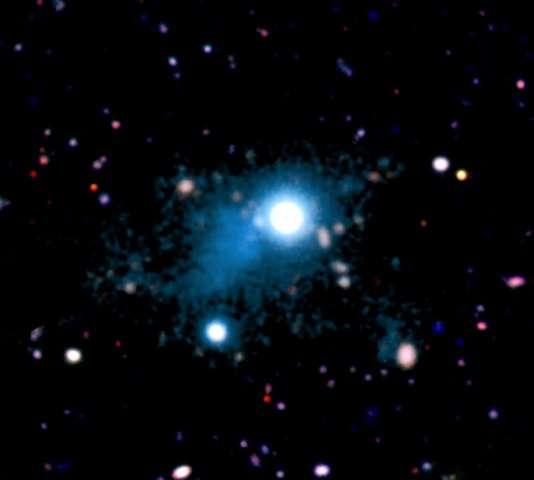 Observé par les instruments du télescope Keck I alors que l'univers observable n'était âgé que de trois milliards d'années environ, le quasar UM287 apparaît entouré d'un filament laiteux. Il s'agirait des émissions en Lyman-alpha de l'hydrogène contenu dans un filament de matière baryonique intergalactique. © S. Cantalupo, UCSC