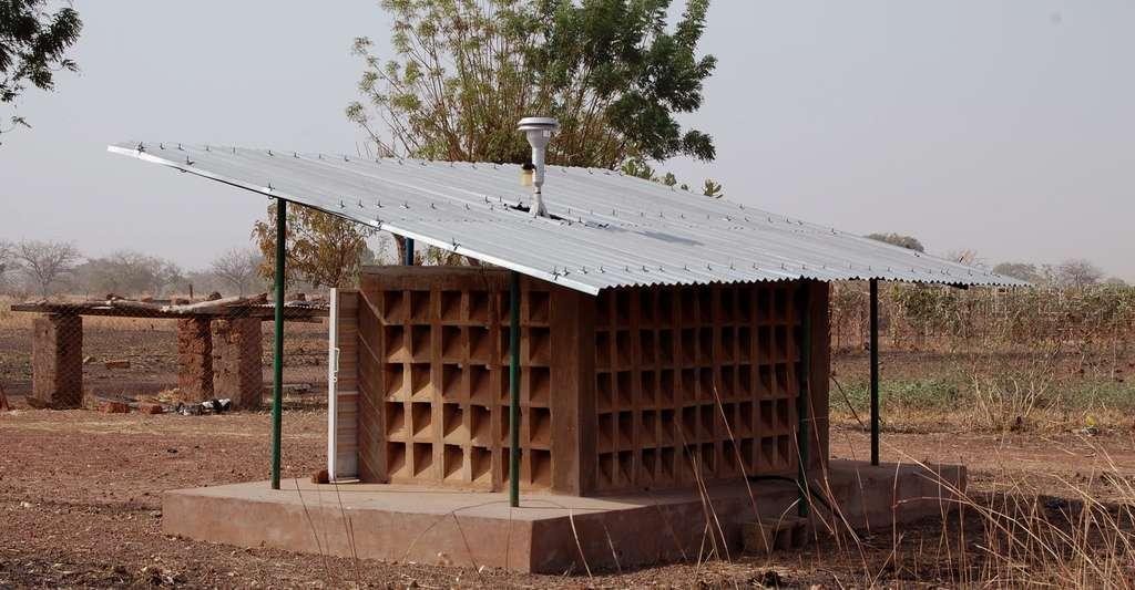 Qu'est-ce que la ceinture de la méningite en Afrique ? Ici, vue de l'abri TEOM (mesure de concentrations massiques de particules) de Dédougou (Burkina Faso). © Nadège Martiny, CC by-nc 2.0