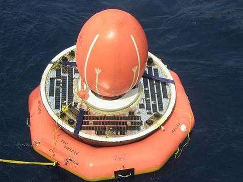 Gros plan sur SRE-1. La bouée de flottaison, ainsi que le ballon de stabilisation (en haut) sont bien visibles. La partie conique du satellite, qui comporte le bouclier, est en bas. Crédit ISRO.