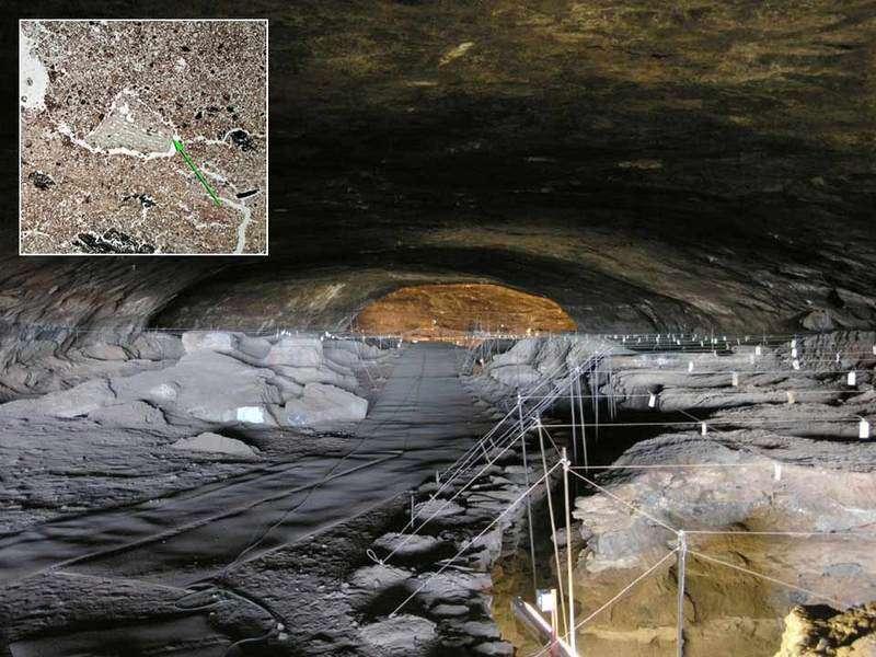 La grotte Wonderwerk, située au nord de l'Afrique du Sud, est immense et a conservé les traces d'une très longue occupation humaine, entre - 800.000 et - 1.500 ans. © Mc Gregor Museum