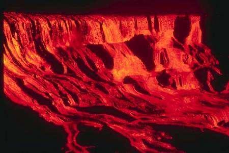 Cliquer pour agrandir. Cette image prise à Hawaï montre l'une des éruptions du Pu'u 'O'o–Kupaianaha entre 1983 et 1997. Il s'agit d'une cascade de lave. Crédit : J. Judd, Hawaii Volcano Observatory, U.S. Geological Survey