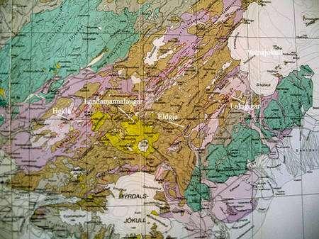 Cartes géologiques et tectonique (à droite) de la région. © DR