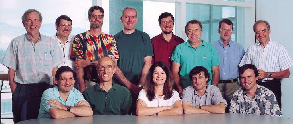 Les membres de l'équipe d'imagerie de la mission Cassini de gauche à droite : Joe Burns, Torrence Johnson, Alfred McEwen, Carl Murray, Bob West, Joe Veverka, Peter Thomas, André Brahic. En bas et toujours de gauche à droite : Tony DelGenio, Andy Ingersoll, Carolyn Porco, Steve Squyres, Luke Dones (manquant sur la photo : Gerhard Neukum). © N.A.S.A.-JPL