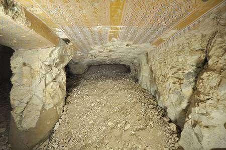 La tombe encombrée de débris, telle qu'elle a été redécouverte. Les fouilles de l'équipe belge ont montré qu'un moine copte l'avait utilisée au huitième siècle comme lieu d'ermitage. Découverte dans les années 1880, elle fut aussi pillée puis ensevelie et oubliée avant d'être retrouvée par les scientifiques. (Cliquer sur l'image pour l'agrandir.) © Université libre de Bruxelles