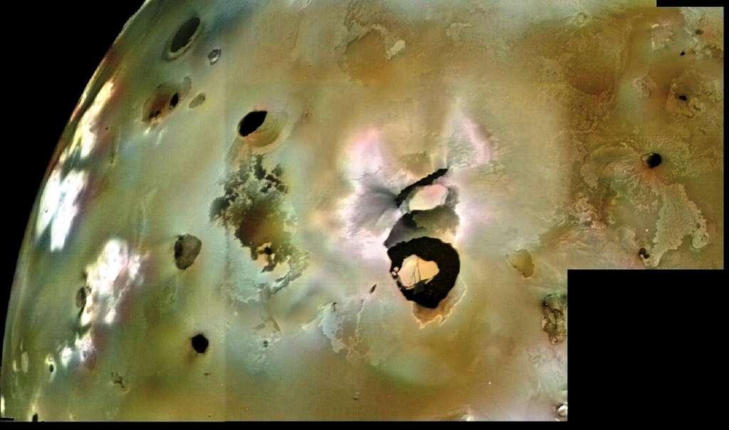 Une vue de Loki Patera avec son île au centre du lac de lave prise par la sonde Voyager 1. © Nasa