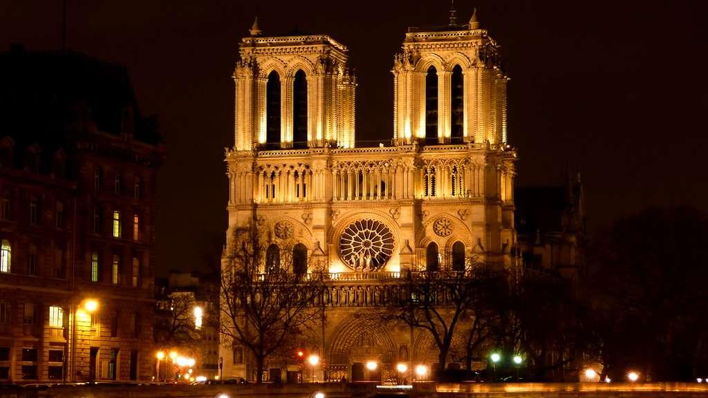 La cathédrale Notre-Dame de Paris, dédiée à la Vierge