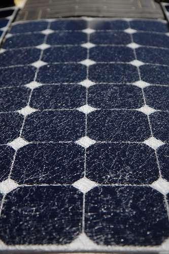 Le revêtement de ce panneau photovoltaïque est couvert de craquelures, marques de son usure et de la baisse de productivité. © steevithak, CC by-sa-2