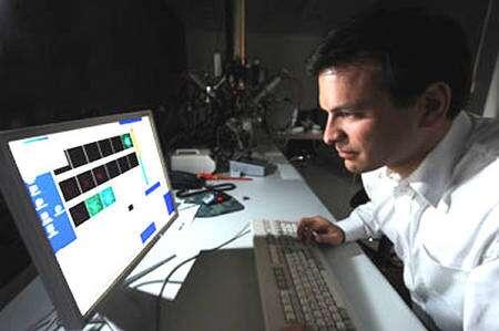 Philipp R. Heck étudiant les résultats des analyses fournies par le spectromètre de masse. Crédit : Dan Dry