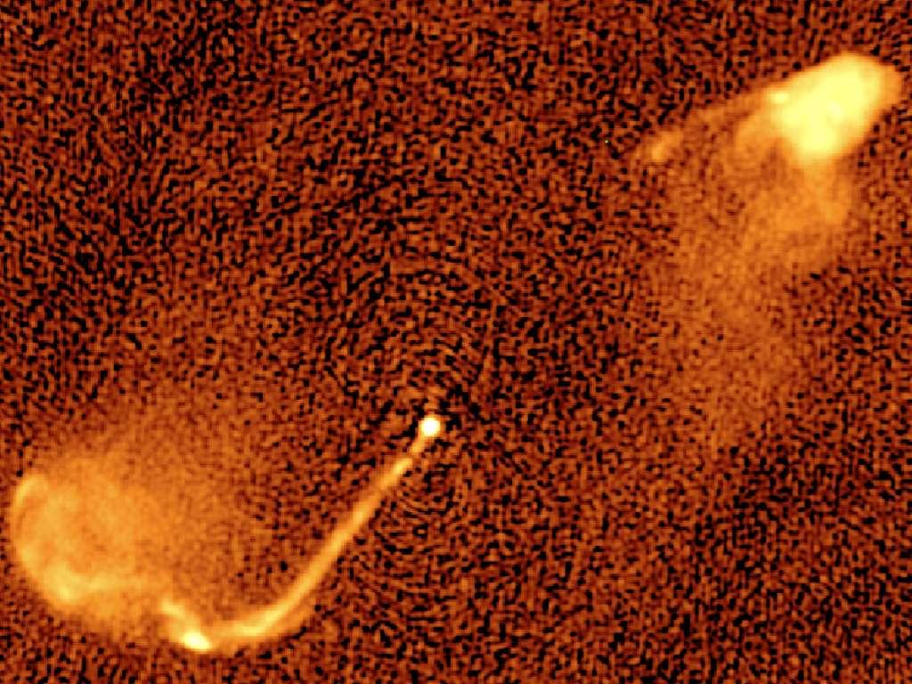 Les jets des trous noirs binaires changent de direction en permanence. Cet effet peut expliquer les caractéristiques de cette carte radio du quasar 3C 334 à 5 GHz et celles de nombreuses sources radio puissantes dans le ciel. Le jet émane du noyau d'une galaxie (ses étoiles ne sont pas visibles aux fréquences radio) à environ 10 milliards d'années-lumière de la nôtre. L'image couvre cinq millions d'années-lumière de gauche à droite. La structure particulière des jets indique un changement périodique de la direction du jet (précession). © M. Krause, University of Hertfordshire