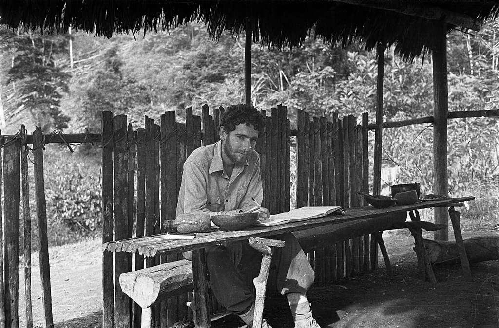 Philippe Descola dans la forêt amazonienne, en Équateur, en 1976. Il y observe attentivement les relations entretenues entre les Indiens Achuar et le monde qui les entoure, démontrant que, chez eux, elles ne diffèrent pas de celles que l'on entretient avec les humains. Pour ces peuples, le terme même de nature n'a pas de sens, si ce n'est celui de « monde ». © Philippe Descola