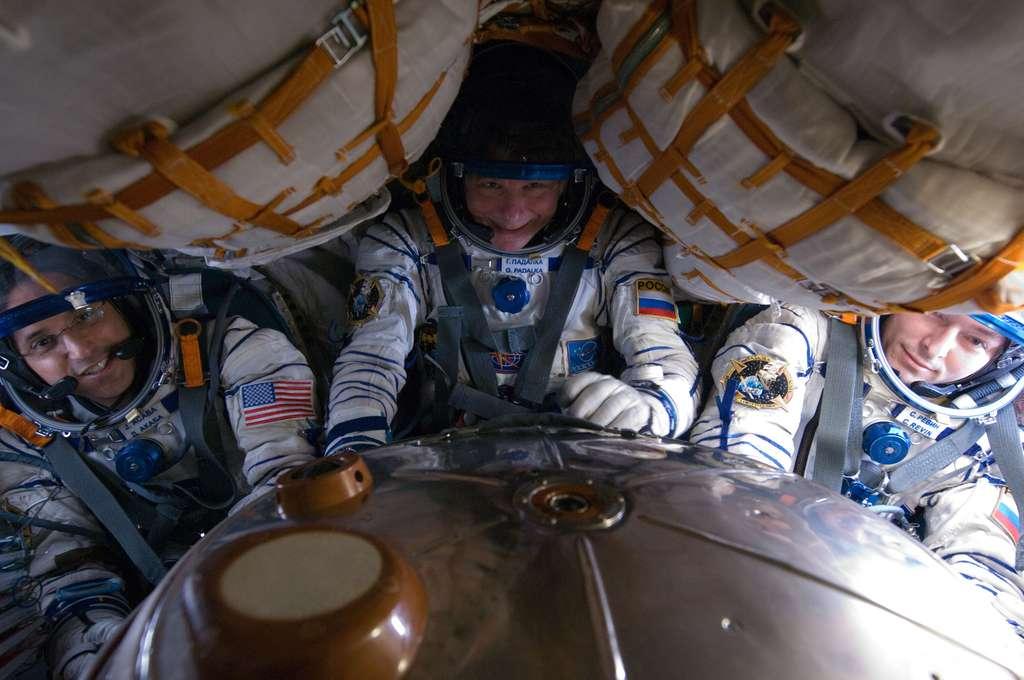 À l'avenir, les astronautes en partance pour l'ISS devront s'habituer à rester dans cette position pendant dix heures s'ils souhaitent rejoindre le complexe orbital en moins de deux jours. © Nasa