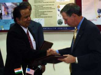 Mike Griffin et Madhavan Nair, après signature de leur accord (Crédits : Indian Space Research Organization)