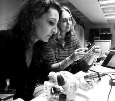 Étude des restes humains de Jebel Sahaba dans le département d'Égypte et du Soudan du British Museum (Londres). Analyse microscopique des lésions osseuses et étude anthropologique par Marie-Hélène Dias-Meirinho (gauche) et Isabelle Crevecoeur (droite). © Marie-Hélène Dias-Meirinho