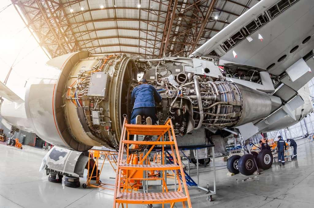 Mécanicien intervenant lors d'une révision programmée en hangar. Il met à nu l'appareil et assure la maintenance complète de l'aéronef. © aapsky, Fotolia.