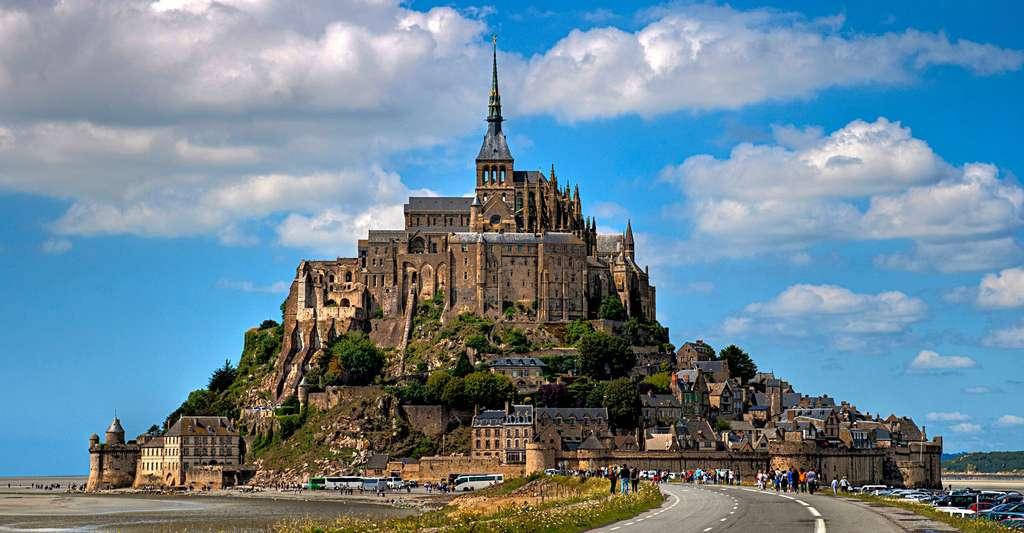 Cette photo a été prise avant les travaux de désensablement du Mont-Saint-Michel. On y voit les anciens parkings et la digue-route. Les parkings sont désormais plus éloignés du site. © Matthieu Luna, CC by-sa 2.0