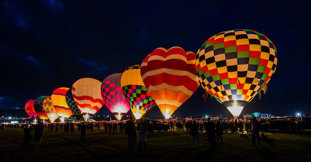 Des montgolfières prêtes pour un vol de nuit. © Greg Meland, Adobe Stock