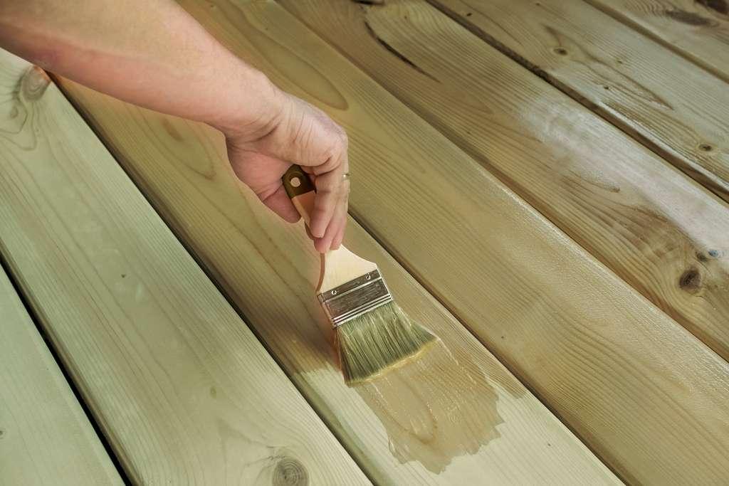 Protégez les lames de terrasse et caillebotis dès le départ avec un stabilisateur pour bois neuf, cela évite de voir le bois prendre rapidement une teinte gris argent. © Adfields-Lyubov, Owatrol