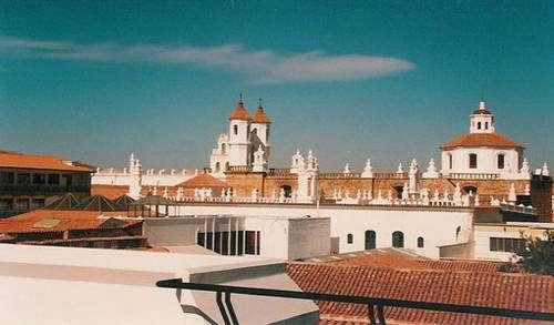 Une cité qui pourrait être andalouse et sous un ciel méditerranéen. Vue des toits et des clochers de la cité coloniale de Sucre en Bolivie, inscrite au Patrimoine de l'Humanité par l'Unesco pour la qualité de son architecture héritée pour l'essentiel du XVIIIe siècle espagnol. Hors Cusco, l'habitat urbain important est lié à la colonisation en Amérique du Sud. © Cliché Alain Gioda / IRD