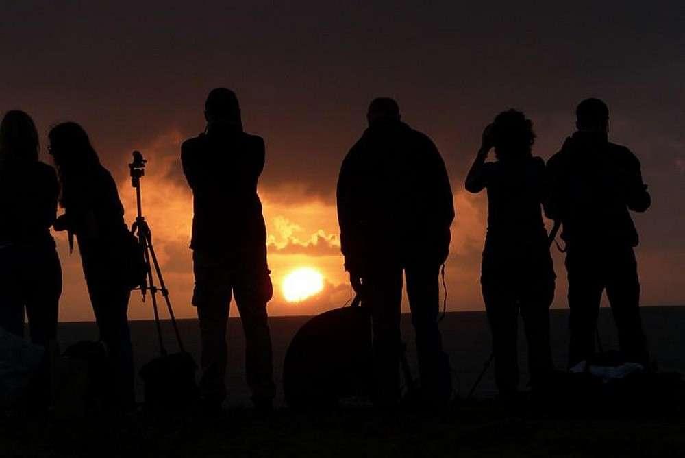 Ces photographes installés sur une plage du Queensland regardent avec inquiétude le Soleil se lever. Dans quelques minutes va commencer la phase partielle de l'éclipse solaire et les nuages se sont invités. © Daniel Fisher