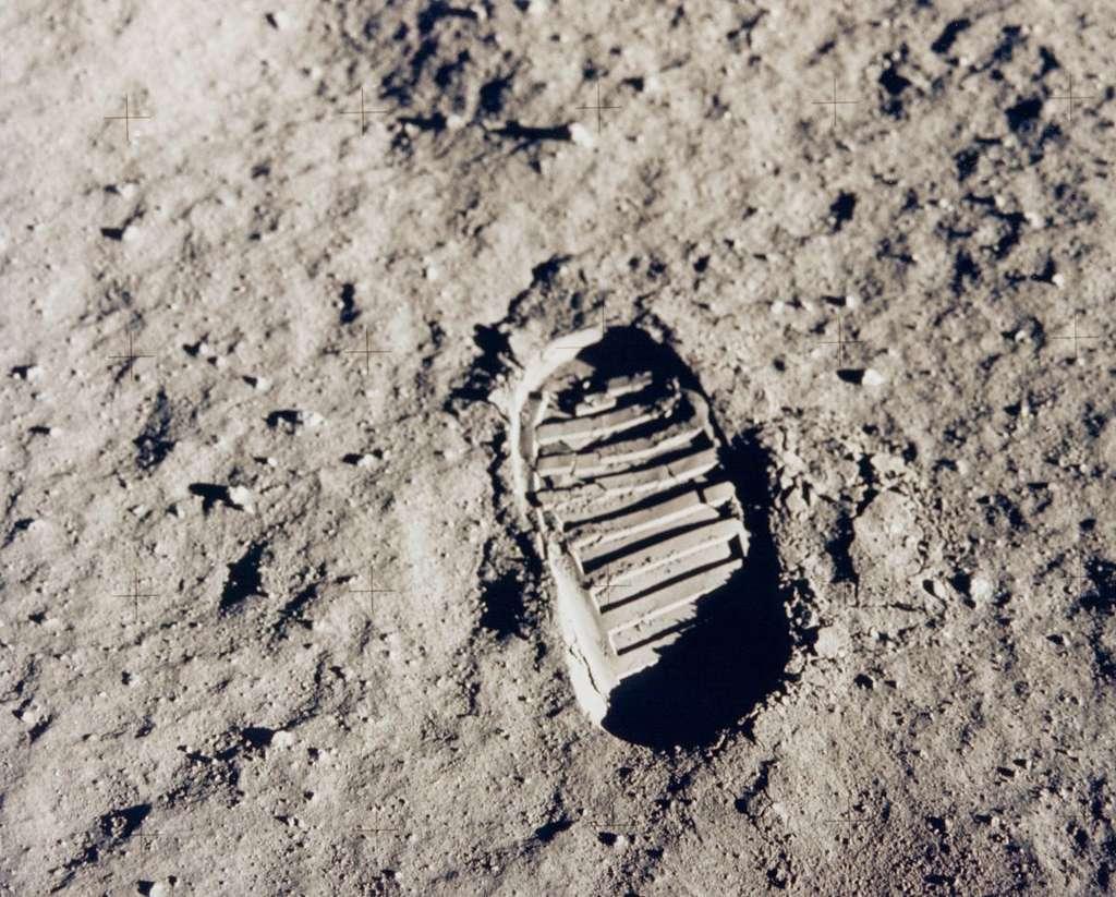 « Un petit pas pour l'Homme, un grand pas pour l'Humanité » : Neil Armstrong est le premier Homme à poser le pied sur la Lune le 20 juillet 1969. © Nasa