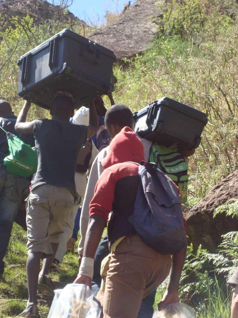Chaque matin, dans les montagnes du Drakensberg, l'équipe, aidée de porteurs, prend le chemin des grottes. © Aurélie Tournié