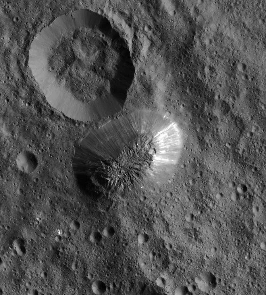 Autre découverte surprenante, une montagne de plus 4.500 mètres (à comparer au diamètre de 950 km de Cérès), « dont la formation ne s'explique pas par un processus traditionnel ». Les observations de Dawn laissent penser que ce mont Ahuna est « très jeune et résulte, un peu comme les volcans terrestres, de remontées de matière du manteau à la surface », selon Pierre Vernazza. © Nasa, JPL-Caltech, UCLA, MPS, DLR, IDA