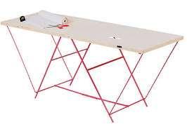 Munissez-vous d'un support plan, une table à tapisser étant l'idéal. © Castorama