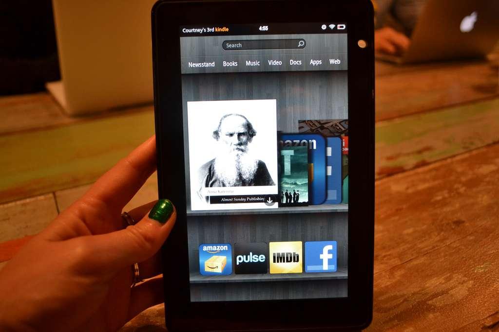 Contrairement aux liseuses Amazon de la gamme Kindle, la tablette Kindle Fire utilise un écran TFT de 7 pouces, moins adapté à la lecture mais permettant de profiter d'images et vidéos malgré une puissance réduite. © Courtney Boyd Myers CC