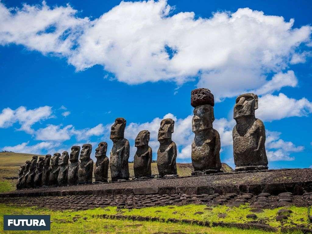 L'île de Pâques : Ensemble de quinze moaï sur le plateau Ahu Tongariki