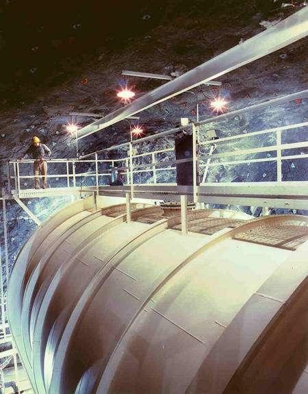 En 1968, Raymond Davis a été le premier à détecter des neutrinos provenant du Soleil. Il a utilisé ce réservoir de 6 mètres de diamètre et 15 mètres de longueur situé dans la mine de Homestake, dans le Dakota du sud. Le réservoir contenait 400.000 litres de liquide pour le nettoyage à sec (perchloroéthylène). Crédit : Brookhaven National Laboratory
