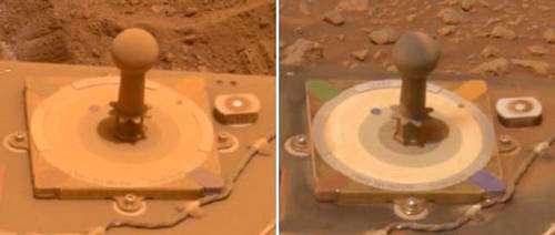 Ces deux images prises à 10 jours d'écart montrent l'effet de l'accumulation de la poussière sur la rover Spirit. A gauche après un séjour de 416 sols ou jours martiens (5 mars 2005) sous les vents poussiérieux de Mars. A droite après nettoyage de la plate-forme 10 jours plus tard (426eme sol, 15 mars 2005). Le fait d'avoir enlevé la poussière sur d'autres éléments vitaux a également produit une élévation de la puissance des plaques solaires équipant la rover. La base de la plate-forme de calibration mresure 8 cm de côté. Crédits : NASA/JPL/MER.