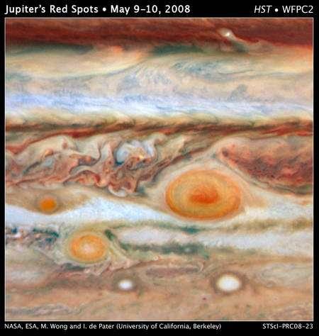 Cliquez pour agrandir. A droite, la grande tache rouge de Jupiter, en bas à gauche la tache rouge « Junior » et enfin la petite dernière juste à gauche de la grande.