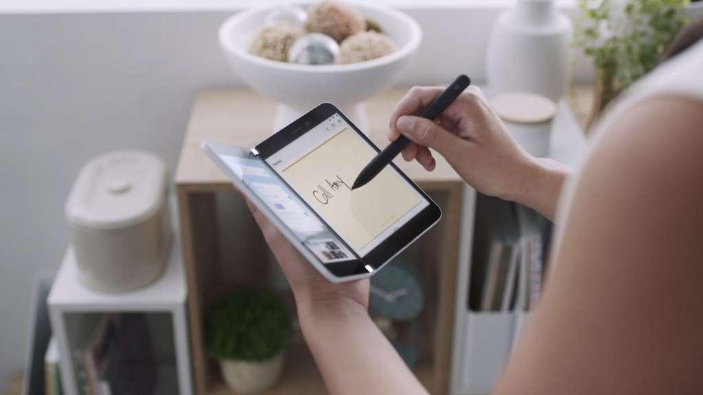 Apple aurait choisi d'imiter Microsoft avec un smartphone pliable mais doté de deux écrans. © Microsoft