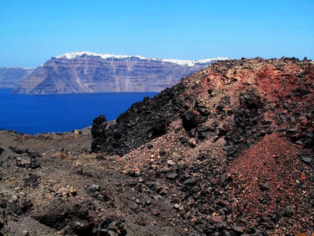 Une vue de la caldeira de Santorin du haut du nouveau volcan Nea Kamini dont la dernière éruption de lave date de 1950. © Wikipédia