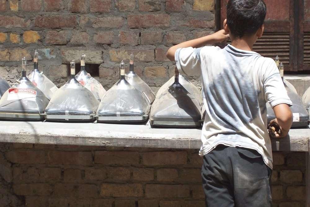 Récupération de matériaux sur des tubes cathodiques dont le verre est fortement enrichi en plomb (sa fusion est source de vapeur toxique de plomb, facteur de saturnisme), ici à New Delhi, en Inde. © Wikipédia, CC by-sa 2.0 de