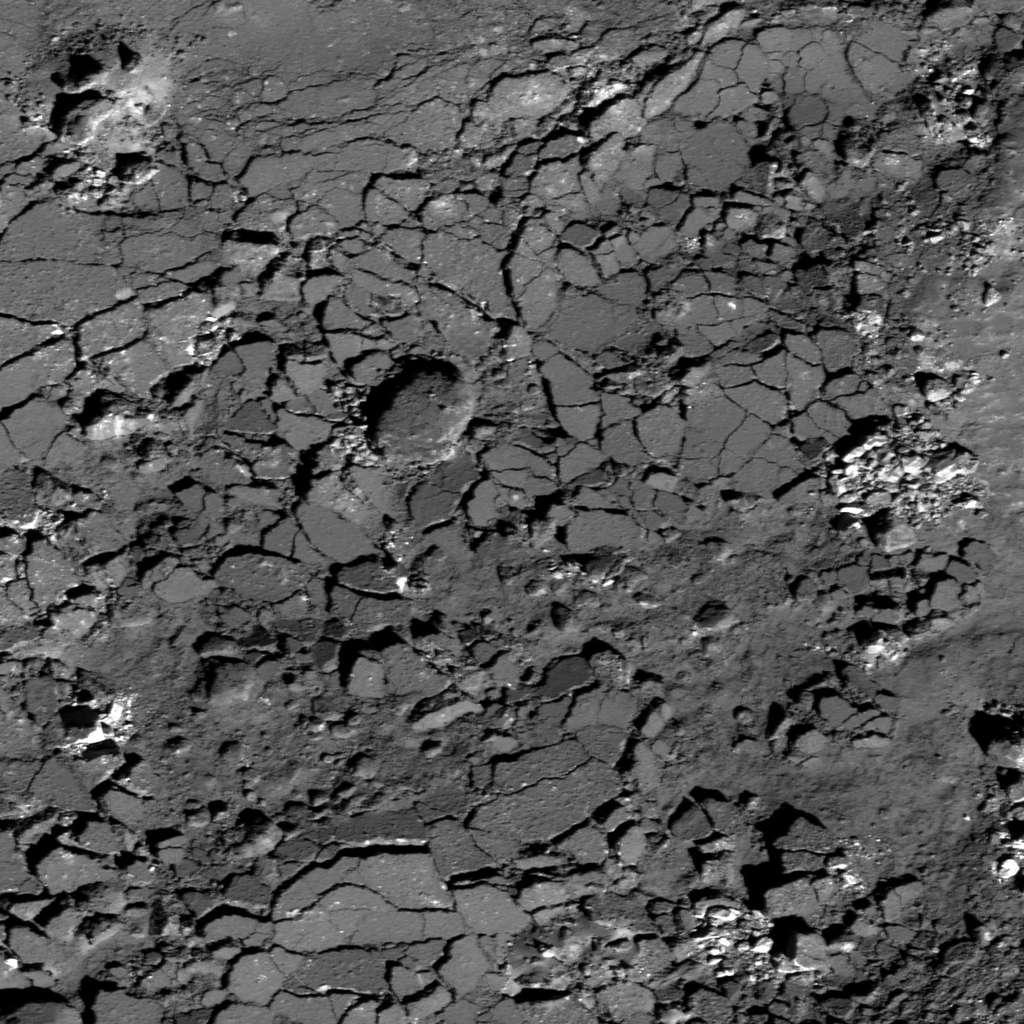 Le fond du cratère lunaire Giordano Bruno présente un sol craquelé, une croûte fragmentée dont les morceaux peuvent atteindre 40 m et qui s'est formée lorsque le sol fondu par l'impact s'est refroidi. © Nasa, GSFC, Arizona State University