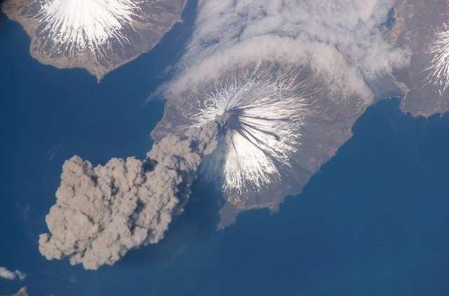 Éruption du volcan Cleveland, dans les îles Aléoutiennes, photographiée le 23 mai 2006, depuis l'espace par les astronautes de l'expédition 13 à bord de la Station spatiale internationale. Retrouvez d'autres photos d'éruptions volcaniques prises depuis l'espace sur la page dédiée du site EarthObservatory. © Nasa, Earthobservatory