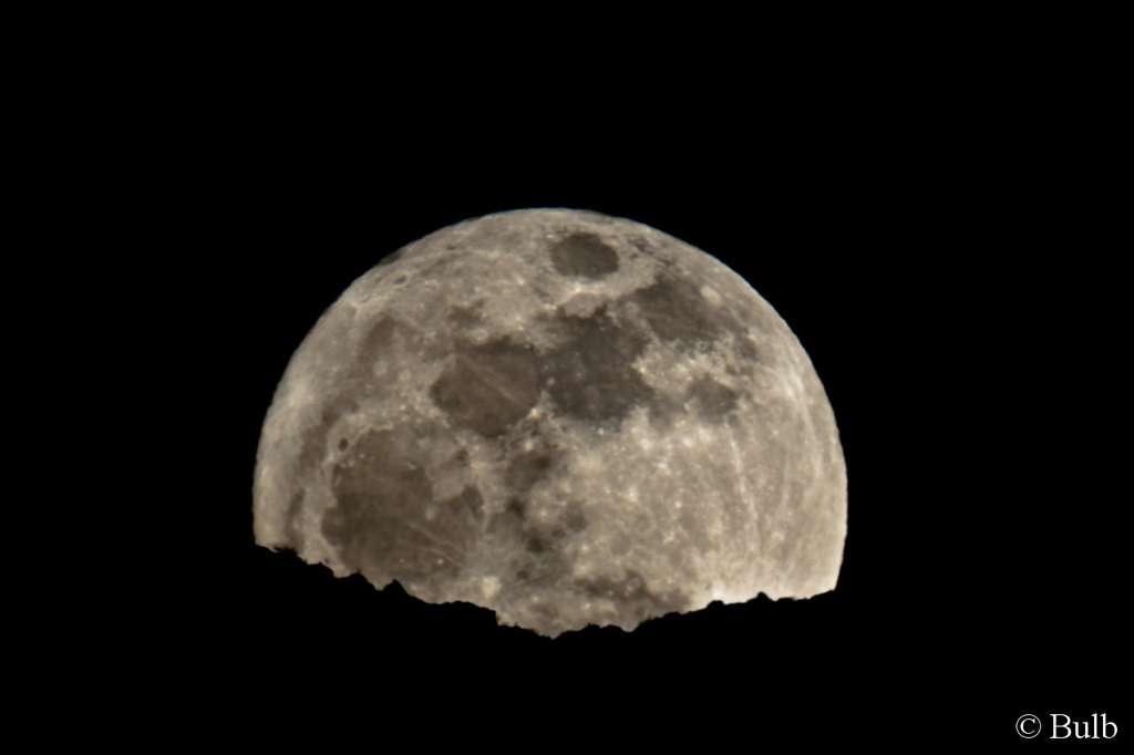 L'impressionnant spectacle qu'offrait la Pleine Lune du 19 mars vue dans un télescope lors de son lever. © Bulb