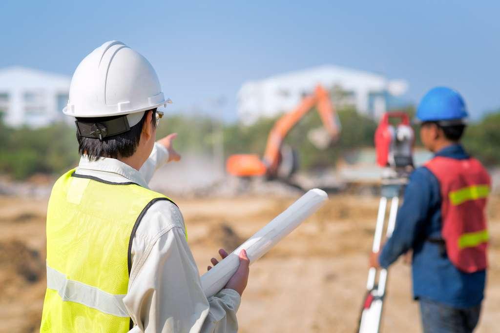 Chargé de coordonner et de superviser un chantier, l'ingénieur en génie civil se déplace sur le terrain pour contrôler l'avancée des travaux. © Nuamfolio, Fotolia.