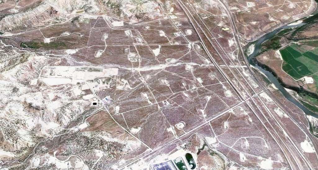 Cette vue aérienne a été prise à proximité de la ville de Rifle dans le Colorado. Les surfaces claires correspondent à des zones de forage. Elles sont espacées d'environ 600 m. L'exploitation d'un gisement de gaz de schiste peut donc affecter les territoires. © Google Earth