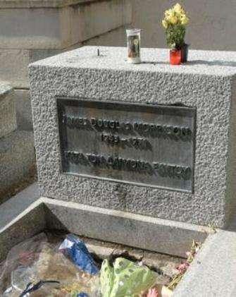 James Douglas Morrison, alias Jim Morrison, le chanteur des Doors est enterré au cimetière du Père-Lachaise à Paris. Lui aussi est mort à 27 ans, dans des conditions pas encore bien élucidées. Et 40 après, des fans déposent encore des gerbes de fleurs en sa mémoire, preuve de son aura. © Basile Vaillant/Mairie de Paris
