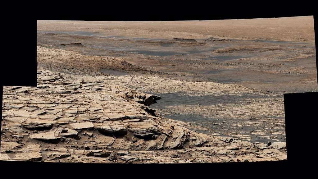 Cette image composite montre le fronton de Greenheugh, vu le 9 avril 2020. AU premier plan, son chapeau de grès. Au centre, l'«unité argileuse» du cratère Gale. © Nasa, JPL-Caltech, MSSS
