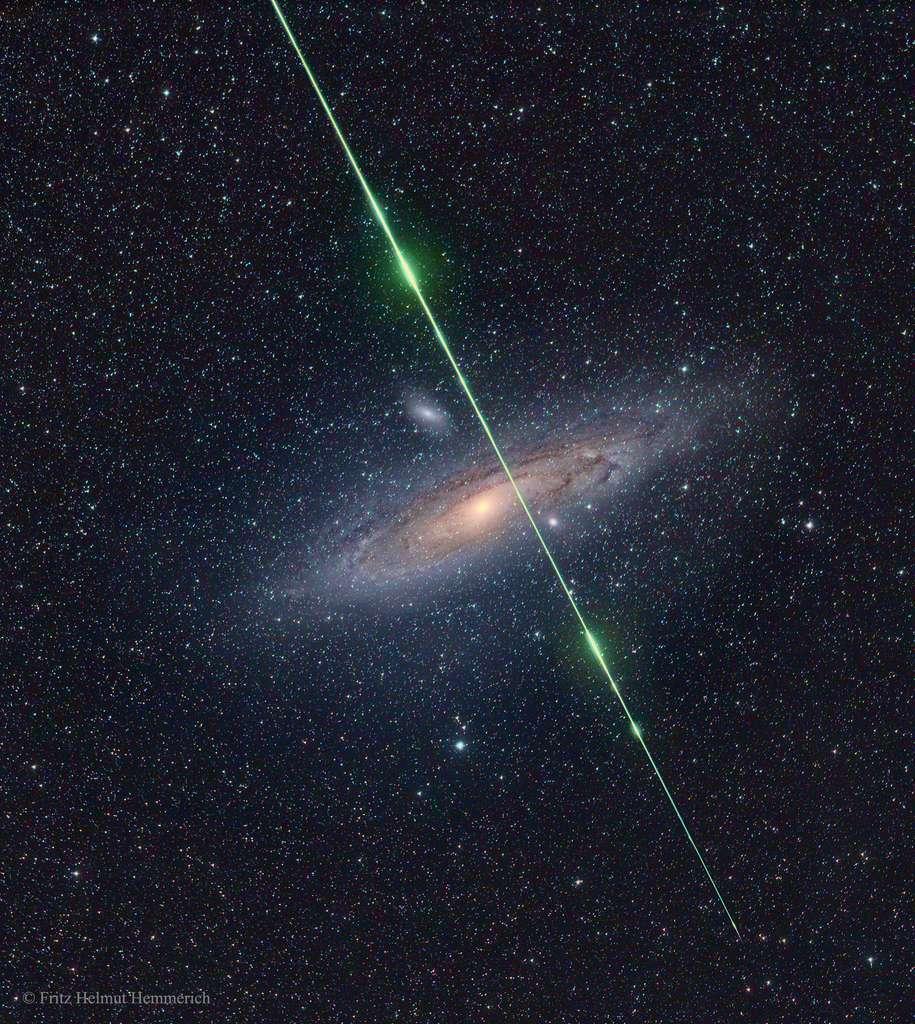 Une étoile filante fend la galaxie d'Andromède