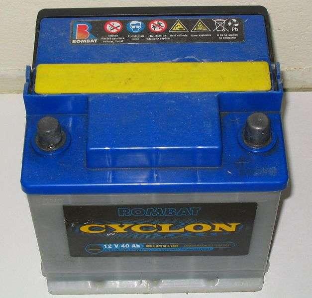 Sur l'emballage de cette batterie au plomb, il est indiqué (en symbole) qu'elle ne doit pas être jetée dans une poubelle classique, à cause de la présence de plomb. © DR